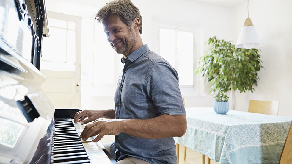 25 free things; man playing piano