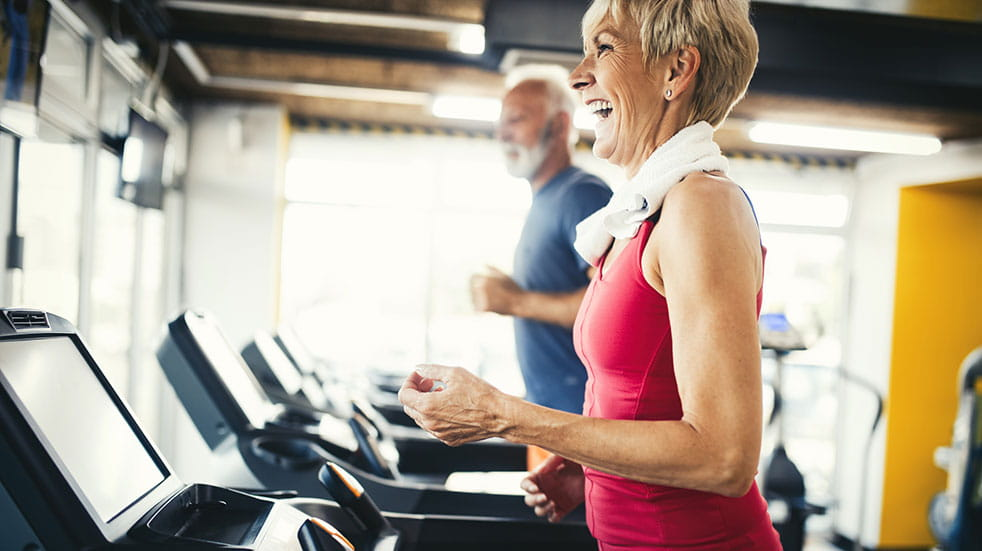 How to choose a gym: woman and man using the exercise equipment